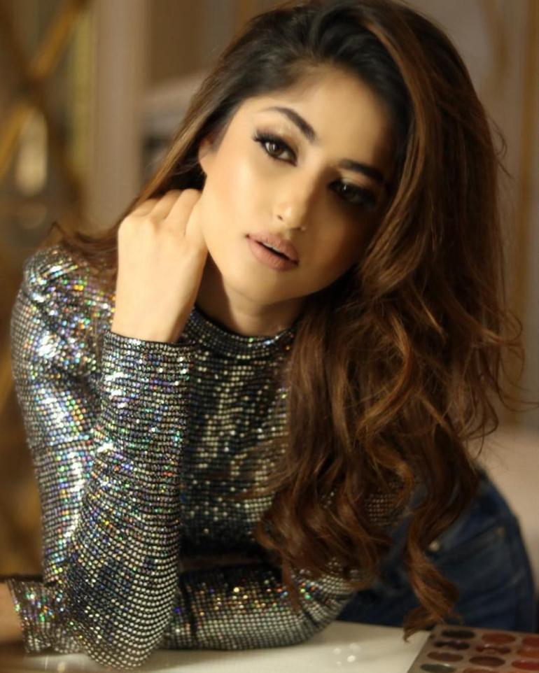 Sajal Aly Wiki, Age, Biography, Movies, and Beautiful Photos 115