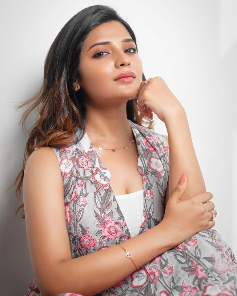 Aathmika Wiki, Age, Biography, Movies, and Stunning Photos 100