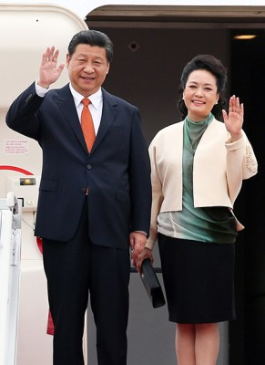 epa04296338 Chinese President Xi Jinping (L) waves after arriving at Seoul Airport on July 3, 2014. Xi was accompanied by his wife Peng Liyuan (R). South Korean President Park Geun-hye will have a summit meeting with Xi later in the day on North Korea's nuclear weapons program, Japan's growing nationalism and other issues of mutual concern.  EPA/YNA