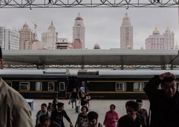 Passageiros no terminal ferroviário da cidade de Manzhouli, uma pequena cidade chinesa junto à fronteira com a Rússia. © Davide Monteleone