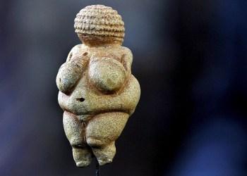 """AUSTRIA MUSEO VENUS DE WILLENDORF:GIN01. WILLENDORF (AUSTRIA), 08/08/08.- La Venus de Willendorf se expone en la reapertura del museo de """"Venusium"""" en Willendorf, Austria hoy viernes 8 de agosto de 2008. El museo realiza un homenaje al centenario del descubrimiento de de esta pieza de la arquelogÌa que fue descubierta el 7 de agosto de 1908. EFE/Barbara Gindl  (MaxPPP TagID: efespfour518012.jpg) [Photo via MaxPPP]"""