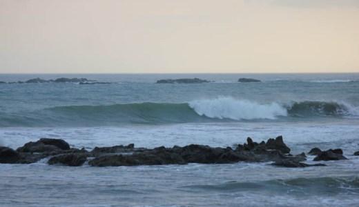 南西風が強いので南下、でもコンデションが良い所は人が多いので、結局ホームブレイクでサーフィン