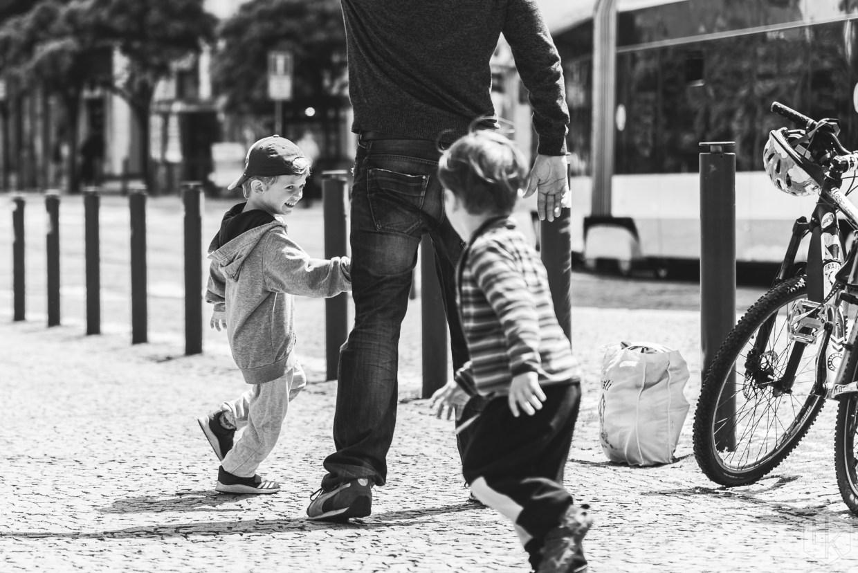 Spielende Kinder auf der Straße in Prag