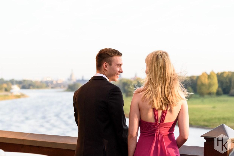 Zwei Personen auf einer Terasse mit Blick auf Dresden