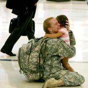 イラク戦争から帰還して子どもを抱きしめる女性兵士