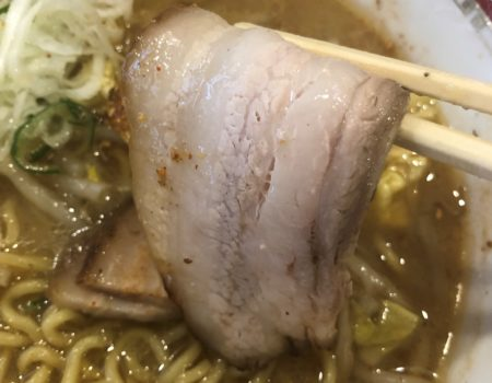 狼スープの箸で持ったチャーシュー