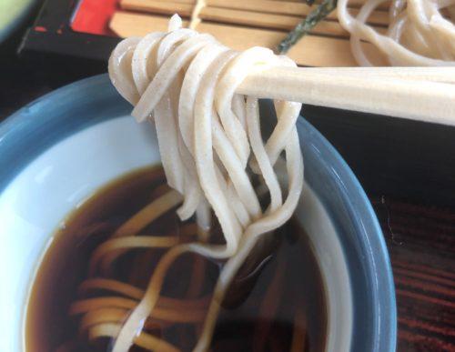 もりそばを箸で持ってつけ汁につける