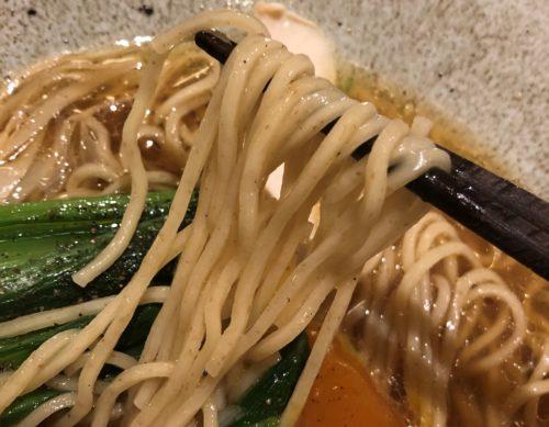 ヌイユのしょうゆラーメンの麺を箸で持った