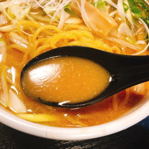 ラーメンの音むらのみそラーメンのスープをレンゲですっくた