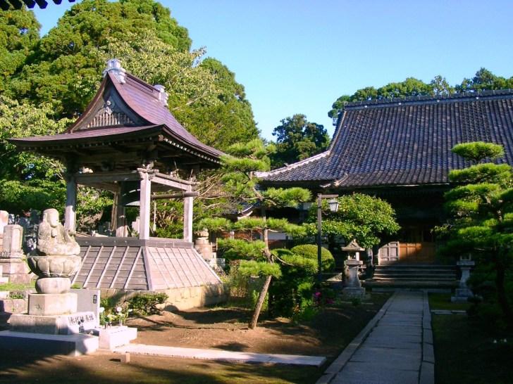 弘化3年(1846年)築の鐘楼と、参道に鎮座する石仏