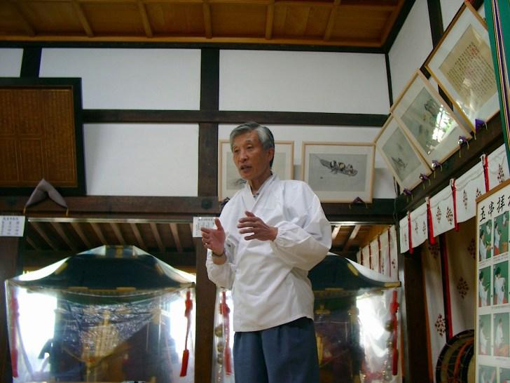 北前船と江差の繁栄を解説する藤枝宮司