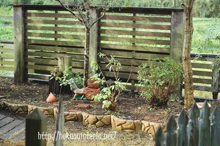 雑木と枕木のある庭