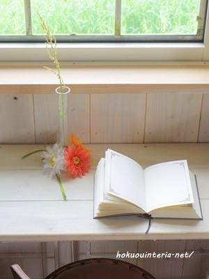 100均の花瓶に雑草を飾る