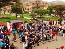 Spinne ich? Sonntags-Spinning im Park von Cajamarca