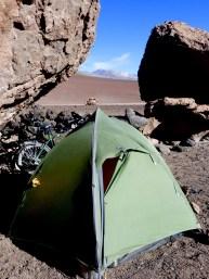 vulkanischer Campspot mit Blick auf Vulkan Licancabur