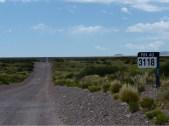 Zurück auf der Ruta 40. Diese motivierenden Schilder erinnern regelmässig daran, wie weit es bis Ushuaia noch ist.
