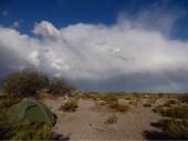 Wenn Gewitterwolken aufzogen, verzogen wir uns. Hier am Rande eines Flussbettes.