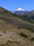 Erste Blicke auf Blicke auf den weissen Kegel des mächtigen Vulkans 'Antuco' rauben uns kurz vor der Passhöhe den verbleibenden Atem.