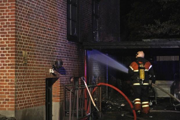 Branden var startet ved nogle skraldespande og bredte sig til husets kælder. Politiet mener, at branden kan være påsat. Foto: Morten Sundgaard - Skadestedsfotograf.dk.