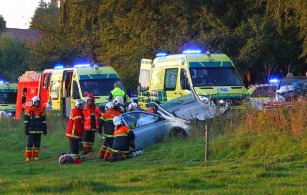 To biler kørte frontalt sammen på Åmosevej lørdag eftermiddag. Foto: Skadestedsfotograf.dk - Johnny D. Pedersen.