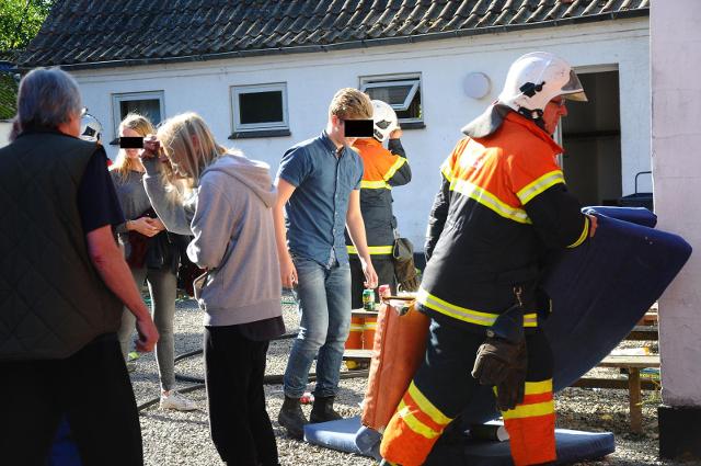 Omkring 20 unge var tilstede, da der udbrød brand i et værelse på feriekolonien på Audebo Skolevej. Foto: Alex Christensen.