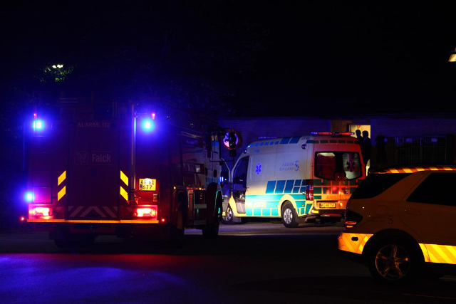 To personer måtte en tur på hospitalet da der opstod brand under en personalefest. Foto:  Skadestedsfotograf.dk - Johnny D. Pedersen.