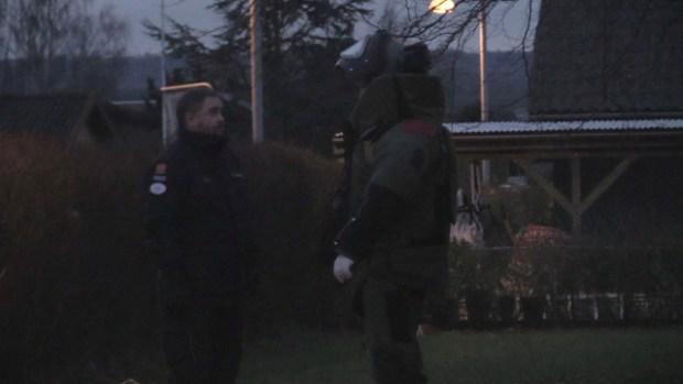 En bomberydder i fuld beskyttelsesdragt var onsdag eftermiddag i aktion i Kundby. Foto: Michael Johannessen.