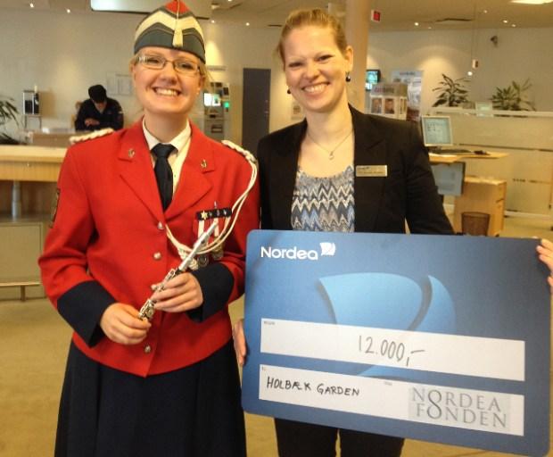 Filialdirektør Pia Vincents Molander, Nordea, overrækker checken til garder Kamilla Andersen. Foto: Holbæk Garden