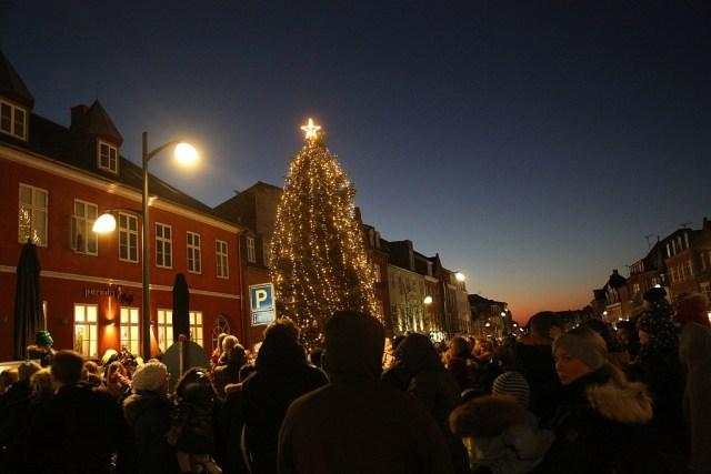 Juletræet i Ahlgade er tændt. Foto: Rolf Larsen