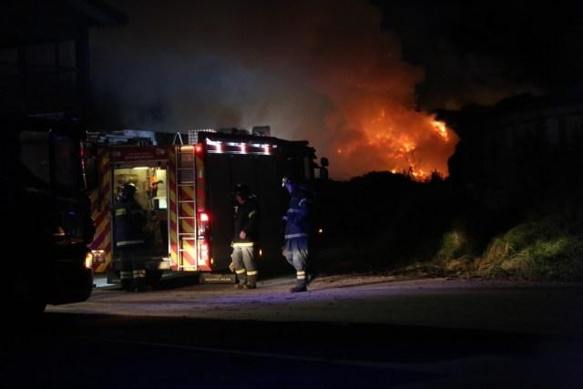 Brandfolk kæmper lørdag aften mod flammerne på Audebo Miljøcenter. Foto: Michael Johannessen.