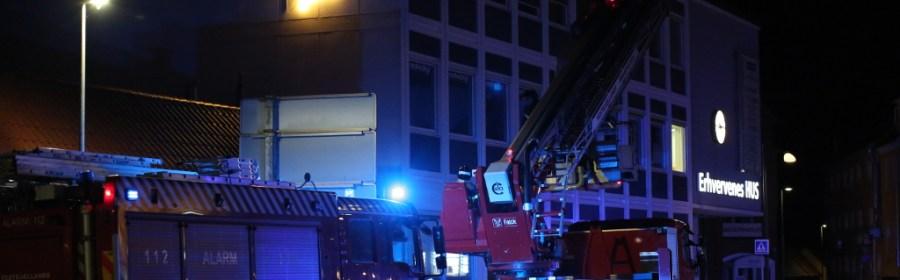 Brandvæsnet rykkede mandag aften ud til Erhvervenes Hus i Ahlgade. Foto: Michael Johannessen.