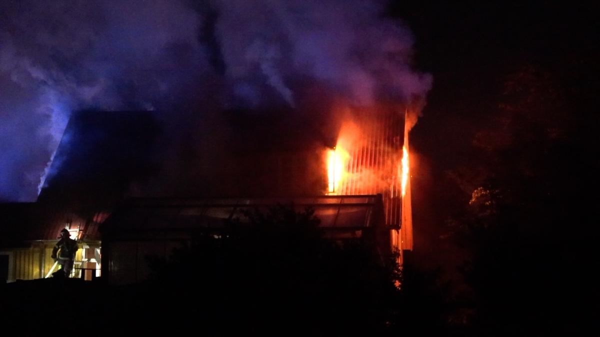 Brand i udestue bredte sig til villa