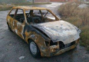 Bil brændt af for enden af Roedsvej. Foto: Freelancefotografen.dk