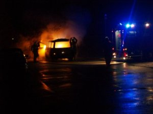Bil i brand i Ladegårdsparken. Foto: Rolf Larsen