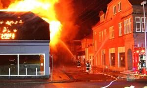 Så voldsomt så det ud, da den gamle Expert-forretning brændte. Foto: Skadestedsfotograf.dk -  Johnny D. Pedersen.