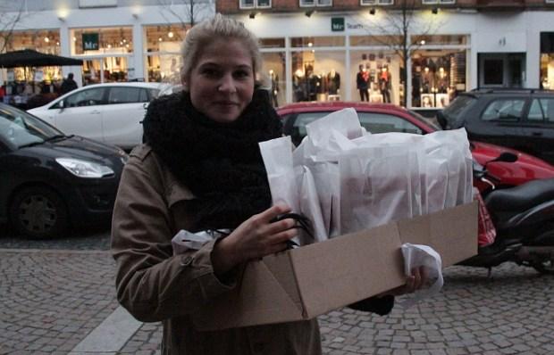 Den socialdemokratiske byrådskandidat Christiana K. Hansen delte fredag chokoladeboller ud. Foto: Rolf Larsen.