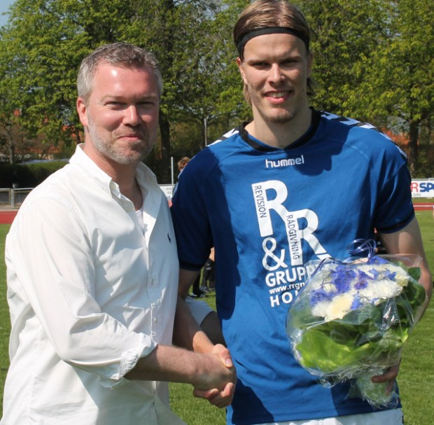 Elitechef Asger Madsen (t.v.)  kunne i april overrække blomster til Frederik Tingager efter 50 kampe. Nu fortsætter Tingager med at spille i den blå trøje.  Foto: Rolf Larsen.