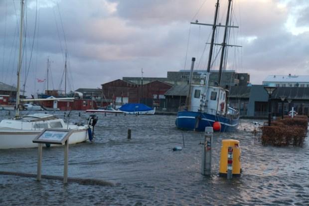 Den forhøjede vandstand efter 'Bodil' har sat bl.a. Gl. Havn i Holbæk under vand. Foto: Michael Johannessen.