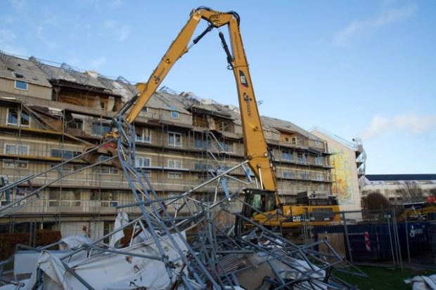 Der blev taget store maskiner i brug for at fjerne stillads og overdækning efter mandagens storm. Foto: Michael Johannessen.