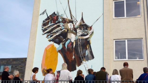 Her afsløres kunstneren Mie Olises vægmaleri på administrationsbygningen i Holbæk. Foto: Jesper von Staffeldt.