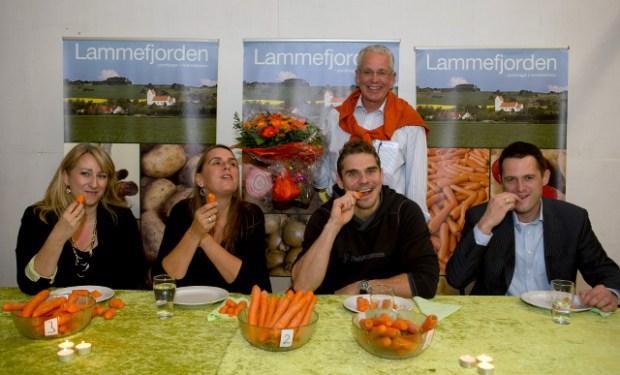 Dommerpanelet (fra venstre) bestod af Mira Arkin, Anne Hjernøe, Thomas Rode og Søren Kærsgaard. Vinderen Hans Møller Olsen i baggrunden. Foto: John Olsen /PHOTODAN