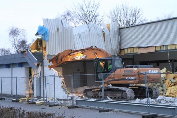 I disse dage er nedrivningen af Meny i Mellemvang igang. Foto: Morten Sundgaard.