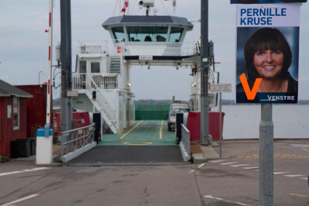 Det kalder på smil, når Pernille Kruse hænger foran Orø-færgen. Foto: Michael Johannessen.