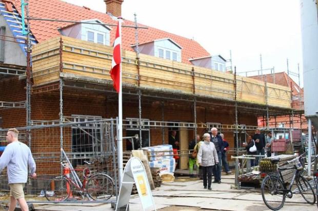 Mange borgere og forretningsforbindelser mødte frem til rejsegildet for den nye Expert-forretning i Jyderup. Foto: Skadestedsfotograf.dk - Johnny D. Pedersen.