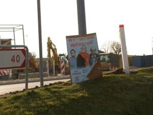 Socialistisk Folkepartis tre kandidater Jørn Christensen, Agnete Dreier og Flemming Röttig kan stadig ses på  en plakat ved Stenhusvej i Holbæk. Foto: Michael Johannessen.