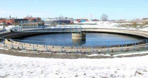 Det gamle rensningsanlæg på havnen skal erstattes af et nyt - men hvor skal det ligge? Arkvfoto: Michael Johannessen.