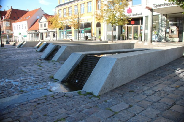 Vandkunsten på Torvet i Ahlgade bliver fjernet. Foto: Rolf Larsen.