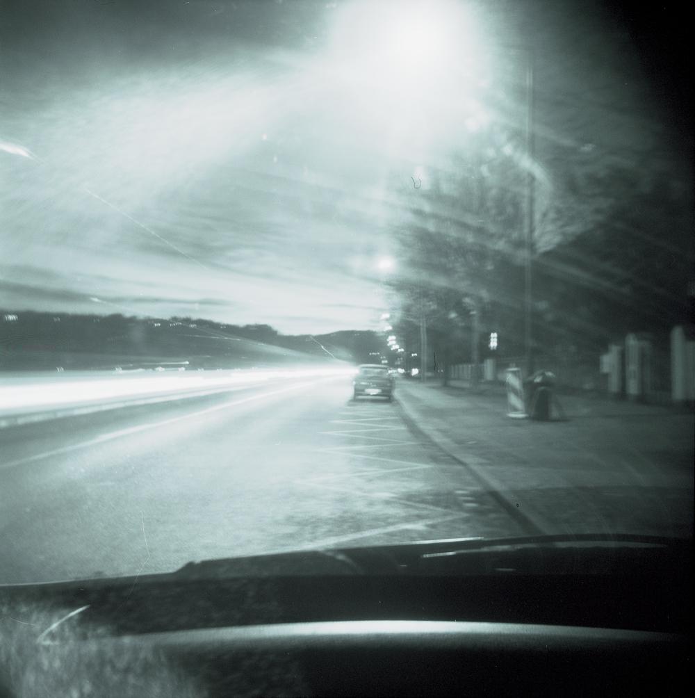 Nachts allein am Straßenrand