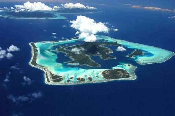 коралловые острова обвивают лагуну