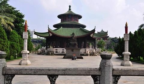 Отдых на острове Хайнань, могила с памятником местному жителю, неподкупному чиновнику Хай Жую